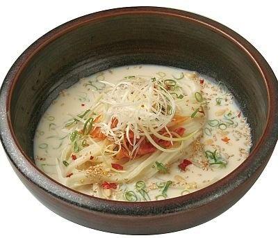 「赤坂麺通団」の赤坂豆乳キムチうどん小(690円)。赤坂の老舗豆腐店の豆乳、コリアンタウンのキムチを使用