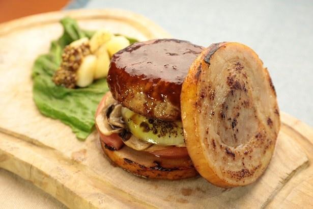 肉汁溢れるハンバーグパティを、ロールステーキで上から下から、  豪快にサンドしたのが肉のミルフィーユバーガー(税抜1350円)