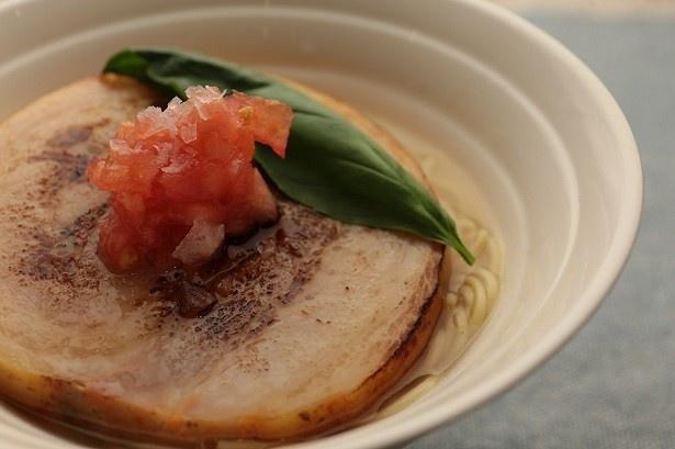 【写真を見る】麺が見えないほど肉のボリューム感たっぷりなチャーシュー麺(税抜950円)