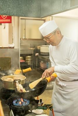 店主の柴田勲さん。「パラッと香ばしい焼き飯もウマかよ」