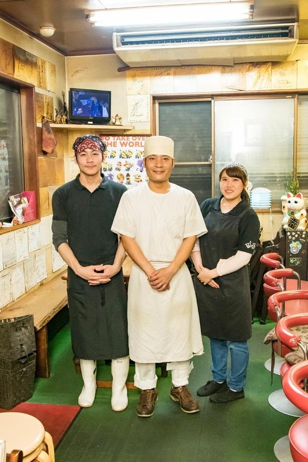 3代目店主の榊伸一郎さん(中央)ほかスタッフ