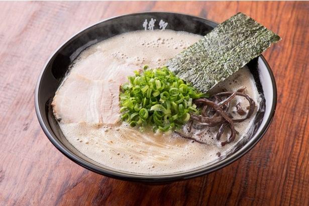 """ラーメン(¥600)。細かい泡が覆うスープはまさに""""豚骨カプチーノ""""!"""