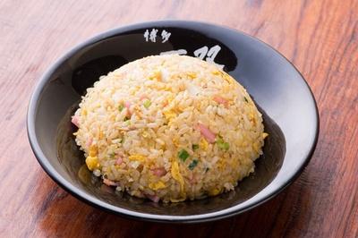 チャーハンをラーメンのスープとともに口に含むと、米がフワリと広がり美味