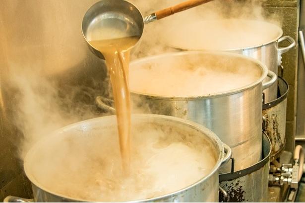 「取り切り」と「重ね」製法を組み合わせた豚骨100%スープ
