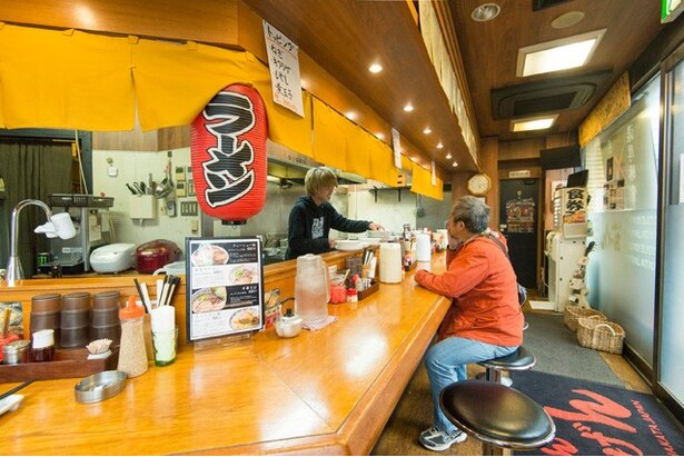 店内はカウンターのみの食券制。国体道路に面している