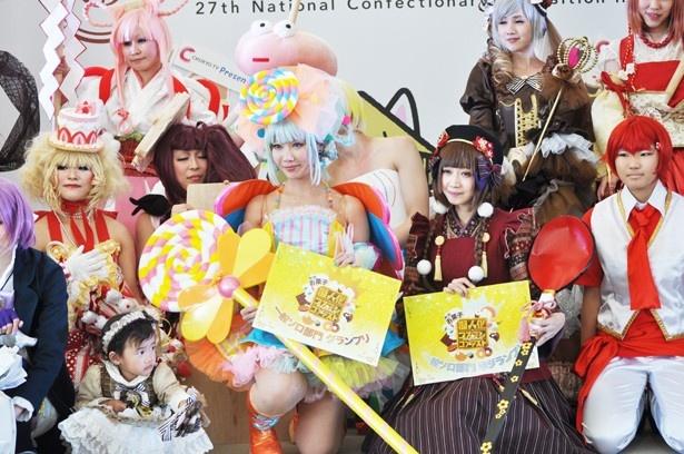 「第1回お菓子擬人化コンテスト」でグランプリを受賞したDAYさん(写真中央)