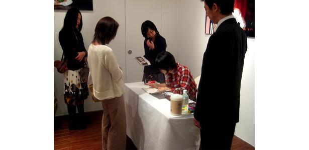 初日となった17日(金)は写真集を購入した先着50名にサイン会の整理券が配布された。とにかくサインを書くのが早くみんなびっくり