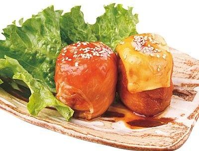 「日南館 別館 神楽坂」の肉巻きおにぎり(320円)、チーズ(右、340円)。ふっくらとした口当たり。1個からオーダー可能