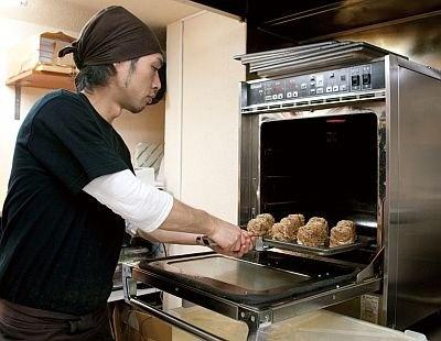 タレに漬け込んだ生の豚肉を巻いてから火を通し、 肉の脂を利用してこんがりと焼き上げるのがポイント