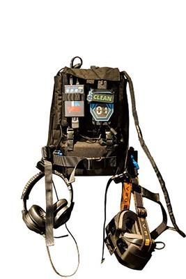 約4kgのバックパックに約2kgの銃を持ち、重装備でゾンビとの戦いをリアルに体験できる