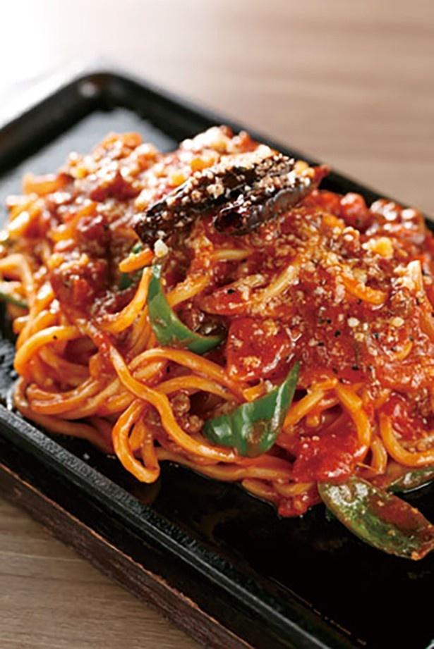 【写真を見る】肉バルがトレンド!GINZA STEAKバル DAIGOのこれも必食の一品は粗びき黒胡 椒がピリッと効いた「大人のナポリタン」(980円)
