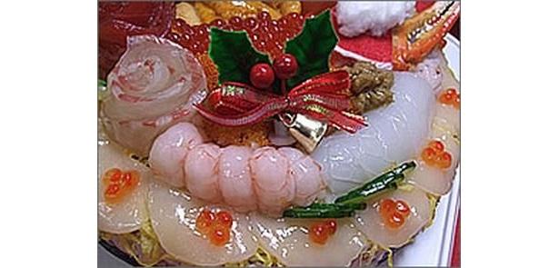 ウニ、イクラ、甘エビ、イカ、カニ味噌など10種類以上の新鮮な魚介を使った「寿司デコケーキ」