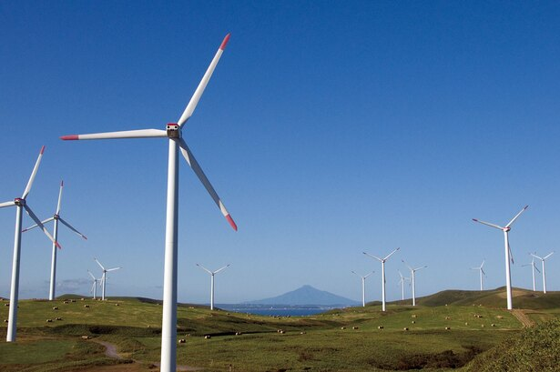 雄大な丘陵に立ち並ぶ風力発電の風車が独特の景観を見せる 丘陵散策におすすめのフットパスコースとは…
