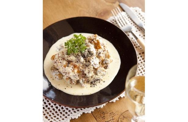 「チキンフリカッセ・de・マスタードクリーム」。クリームは好みの濃厚さに