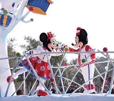 「ホワイトホリデーパレード」ではミッキーとミニーは、なんとスケートを披露! ヒイラギがデザインされたミニーのスケート靴がキュート