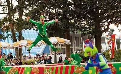 途中3か所で停止してショーモードに。エルブス(小妖精たち)が飛びはねるパフォーマンスも必見。ダンスに参加後、「Let it snow!」と言うと、フロートから雪が吹き出す/ホワイトホリデーパレード
