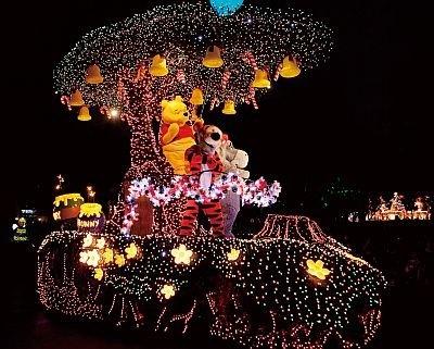 東京ディズニーランド・エレクトリカルパレード・ドリームライツには29台のフローとが登場し、出演者数は約100人!