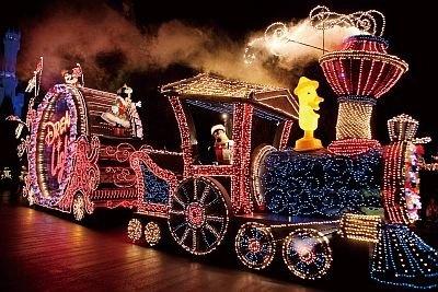 東京ディズニーランド・エレクトリカルパレード・ドリームライツはグーフィーやミニーマウス、ミッキーマウスなどキャラクターのクリスマス衣装に注目を