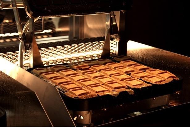 【写真を見る】専用プレス機でバターサンドが焼き上げられる様子