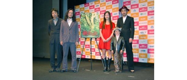 「役者ではない自分が必死に演じているのでお楽しみください」とPRした中村達也(写真左から2人目)