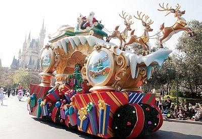 """チップ&デールに誘導されて登場する""""サンタクロース""""ユニット。フロートのてっぺんにソリに乗ったサンタの姿が!"""