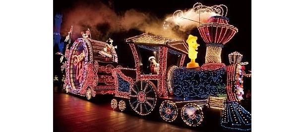オープニングに登場するミッキーマウスやミニーマウス、グーフィーが乗ったフロート。パレードは1日1回、約50分、フロートは29台登場