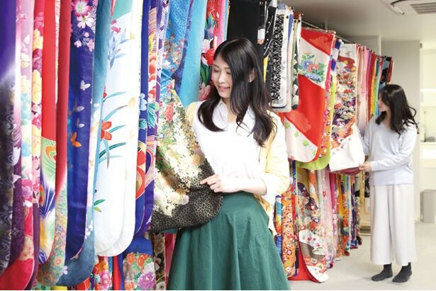 【写真を見る】舞妓は淡く古典的、花魁は鮮やかで現代的な着物を選ぶ/夢工房 京都駅前本店
