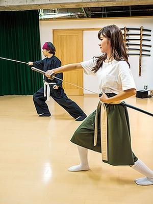 刃先の向きや、振り方、鞘への納め方など、刀の扱い方を学ぶ/サムライ剣舞シアター