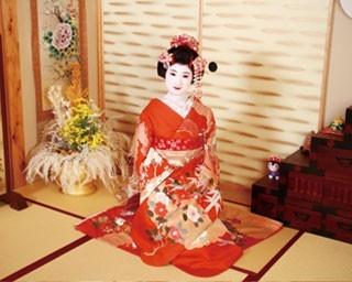 舞妓は茶室のセットで撮影。プロカメラマンが表情やポーズも丁寧に指示してくれる/夢工房 京都駅前本店