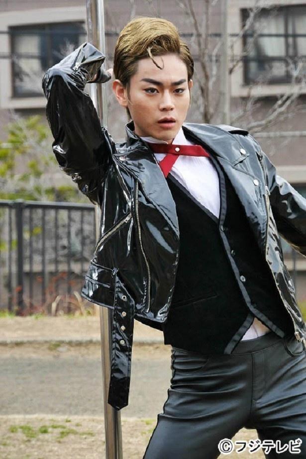 【写真を見る】菅田将暉が金髪革ジャン姿でキメる!