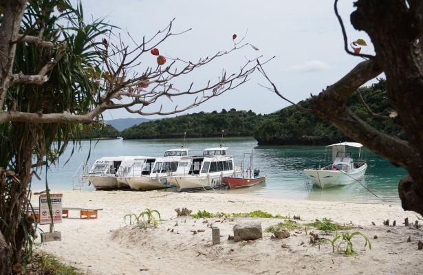 【写真を見る】川平湾に行ったら絶対体験してほしいのグラスボート遊覧。乗り場がある浜辺も絵になる