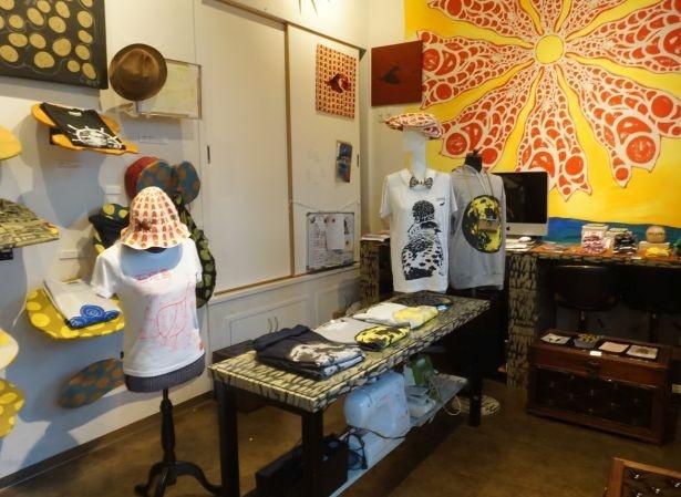 赤瓦、島バナナ、カンムリワシ…店内には石垣島の風景や動植物をモチーフしたアイテムがいっぱい