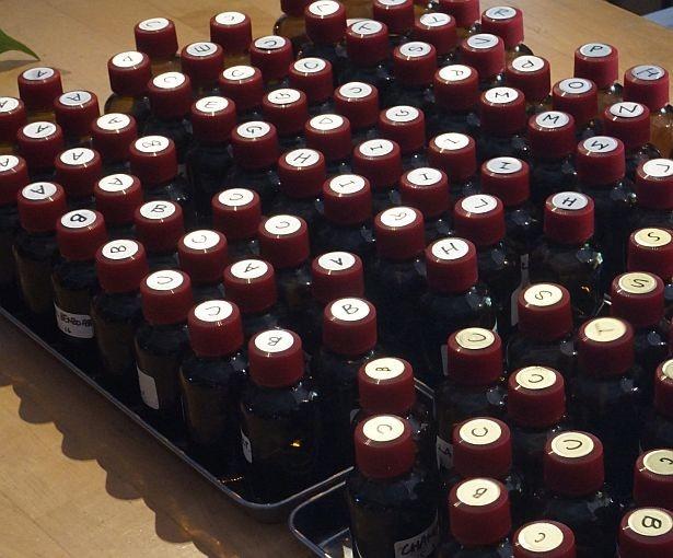 パフューム作り(1人1万2000円※2時間・要予約)では石垣島の花々から上田さんが独自に天然抽出したものを含む100種類以上の香料から好みの香りを組み合わせることができる