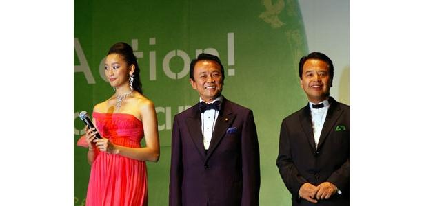 「年を追うごとに参加者が増えることに感謝したい」と麻生太郎総理大臣(写真中央)