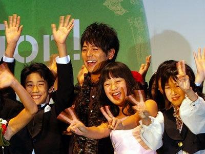 妻夫木聡は、「ブタがいた教室」で生徒役を演じた子役たちと登場
