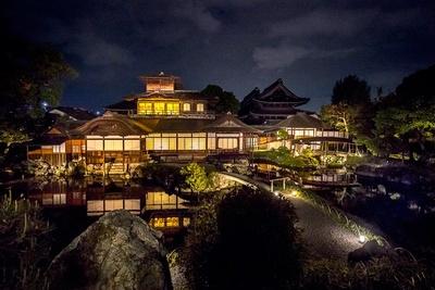 """金閣・銀閣とともに""""京都三名閣""""と呼ばれる「飛雲閣」。灯にともされ池の水面に映る光景も圧巻"""