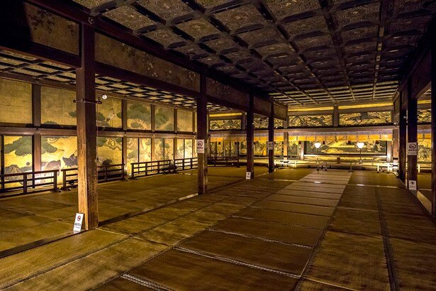 国宝「鴻の間」は203畳敷きの対面所。奥には中国の故事を表す絵が逆遠近法で描かれている