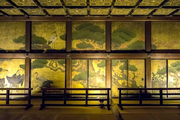 「鴻の間」の側面には金箔貼りの上から松の木と鶴が描かれている