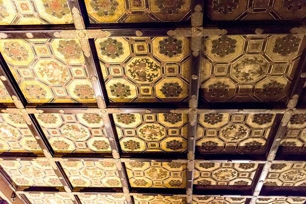 「鴻の間」には天井にも精密な細工と絵が描きこまれている