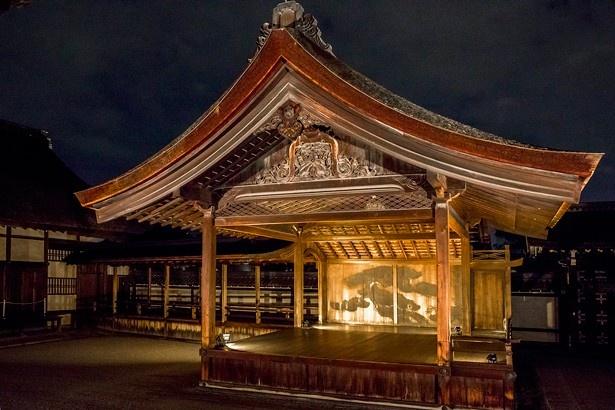 重要文化財の「南能舞台」は現存する日本最大の能舞台。江戸時代前期の1694年に建てられた