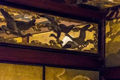 「雁の間」と隣にある「菊の間」の境にある欄間には飛翔する雁の透し彫りが。「雁の間」から見ると「菊の間」に描かれた月が眺められる