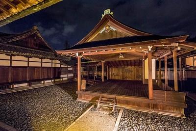 「白書院」の北側にある国宝「北能舞台」。現存する日本最古の能舞台
