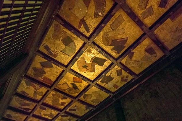 国宝「狭屋の間」は東・西・北に位置する細長い部屋。天井には書物や花が描かれている