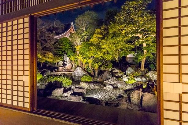 特別名勝「虎渓の庭」は中国廬山を模して造られた江戸初期の枯山水庭園。御影堂の屋根を廬山に見せる借景の技法が用いられている