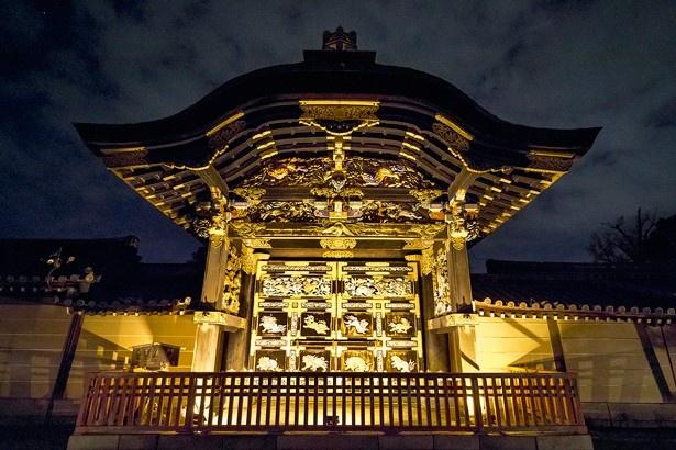 国宝「唐門」は黒漆の柱や梁に極彩色の装飾彫刻が映える豪華な四脚門