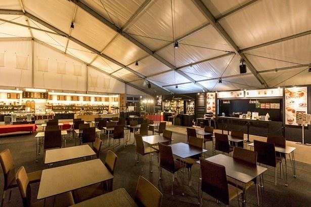 「本願寺 おてらかふぇ&まるしぇAKARI」は花灯明期間中は19:00〜21:30も営業(ただしカフェはドリンクと一部のデザートのみ販売)