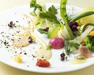 北海道・美瑛で食べられる、旬の魅力が一皿の上に凝縮されたシェフ渾身の料理。