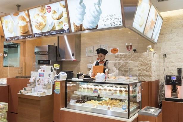 ソフトは、新千歳空港店限定カップシュークリーム「夢風船」のショーケースがあるコーナーでオーダー