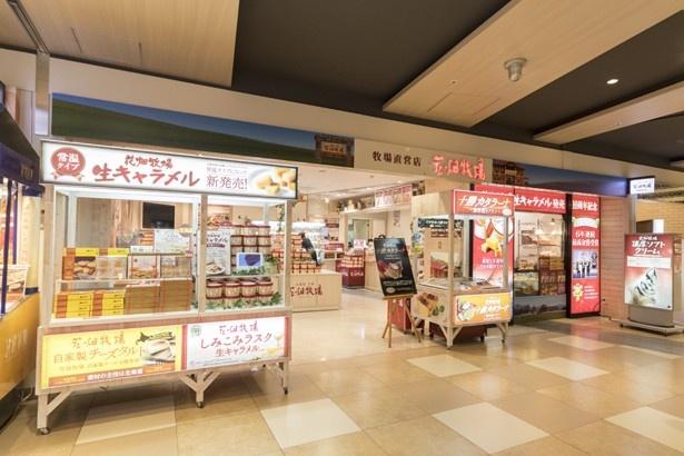 ソフトクリームの注文は、入口向かって右のテイクアウトコーナーでも店内でもOK。焼き立てのタルトも買える