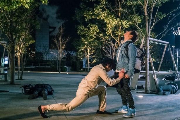 【写真を見る】セクシー男優の力を借りる、衝撃の変身シーン